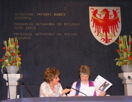 Paola Mazzini (a sinistra), assieme a Luisa Gnecchi, Assessora alla scuola in lingua italiana della provincia di Bolzano