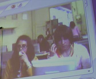 un'immagine al videoproiettore delle ragazze di cesena, ripresa dalla suola elementare di casteldepiano